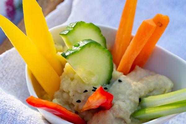 Cremiges Kartoffelpüree und Hummus mit Gemüsesticks im Glas